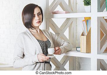 verticaal, koffie, vrouw, drinkt, nadenkend
