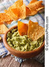 verticaal, op, guacamole, bowl., houten, nachos, afsluiten, frites