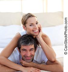 verticaal, paar, het glimlachen