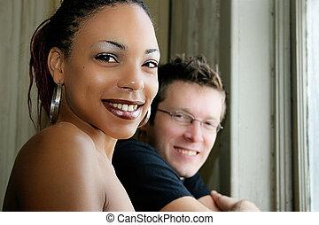 verticaal, paar, rondborstig, het glimlachen, interracial
