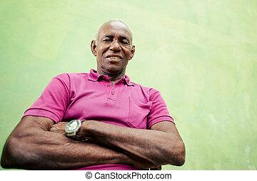 verticaal, van, bejaarden, zwarte man, het kijken, en, het glimlachen, aan fototoestel