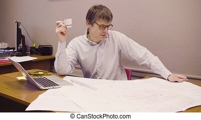 verticaal, van, bemannen zitting, op, een, bureau, in, de werkkring