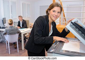 verticaal, van, businesswoman, op, fotokopieerapparaat