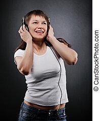 verticaal, van, de, glimlachende vrouw, met, headphones