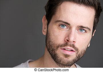 verticaal, van, een, aantrekkelijk, jonge man, met, blauwe ogen, en, baard
