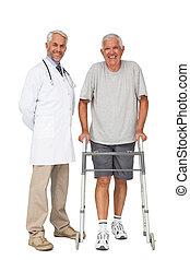 verticaal, van, een, arts, met, hogere mens, gebruik, walker