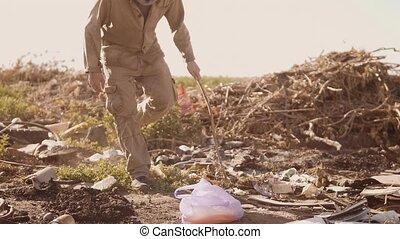 verticaal, van, een, dakloos, man, in, een, stortplaats,...