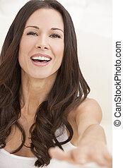 verticaal, van, een, gelukkig glimlachen, mooie vrouw