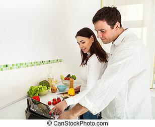 verticaal, van, een, gelukkig paar, het voorbereiden van voedsel