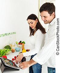 verticaal, van, een, gelukkig paar, in de keuken