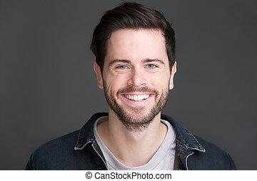 verticaal, van, een, het glimlachen, jonge man, kijken naar...