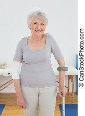 verticaal, van, een, het glimlachen, oude vrouw, met, kruk
