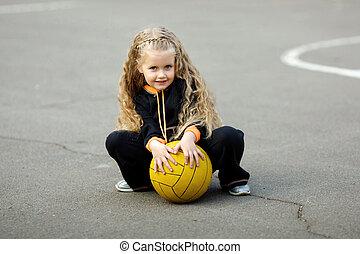 verticaal, van, een, jong meisje, met, voetbal