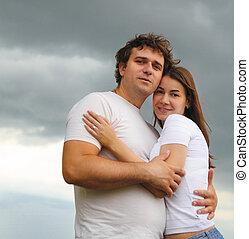 verticaal, van, een, jong paar, verliefd, buitenshuis