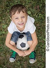 verticaal, van, een, jonge jongen, met, voetbal, ball.