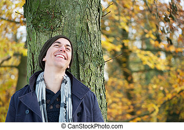 verticaal, van, een, jonge man, het glimlachen, buitenshuis