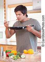 verticaal, van, een, jonge man, proeft, zijn, maaltijd