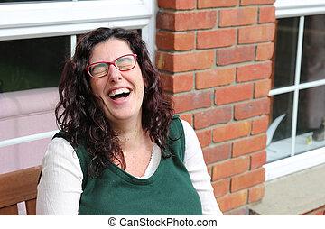 verticaal, van, een, jonge vrouw , lachen, hard