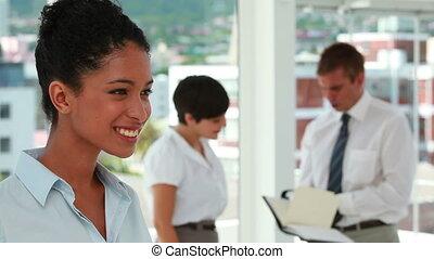 verticaal, van, een, jonge vrouw , met, collega's, werkende