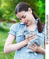 verticaal, van, een, jonge vrouw , met, een, weinig; niet zo(veel), konijntje