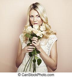 verticaal, van, een, mooi, blonde, vrouw, met, bloemen