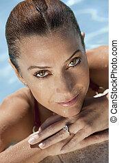 verticaal, van, een, mooi, glimlachende vrouw, relaxen, in, zwembad