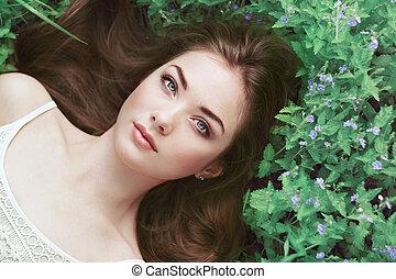 verticaal, van, een, mooi, jonge vrouw , in, zomer, tuin