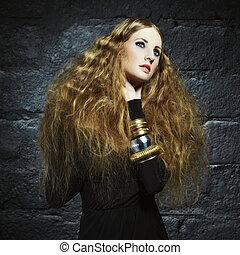 verticaal, van, een, mooi, jonge vrouw , met, krullend, rood haar