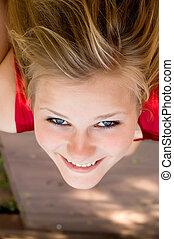 verticaal, van, een, mooi, vrolijke , jonge vrouw