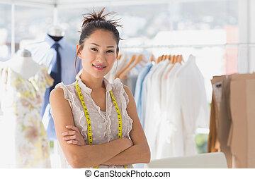 verticaal, van, een, mooi, vrouwlijk, manierontwerper, met, rek, van, kleren, in, de, winkel