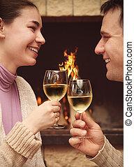 verticaal, van, een, romantisch paar, het roosteren, wineglasses