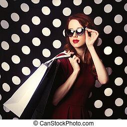 verticaal, van, een, roodharige, meisje, met, het winkelen zakken