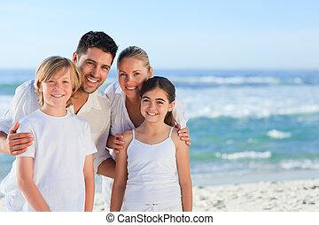 verticaal, van, een, schattig, gezin, aan het strand