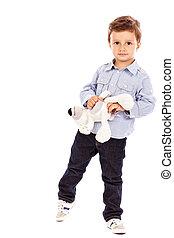 verticaal, van, een, schattige, jongetje, spelend, met, zijn, speelbal, beer