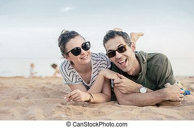 verticaal, van, een, vrolijk, ontspannen, paar, het leggen, op, zand