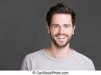 verticaal, van, een, vrolijke , jonge man, het glimlachen, op, grijze achtergrond