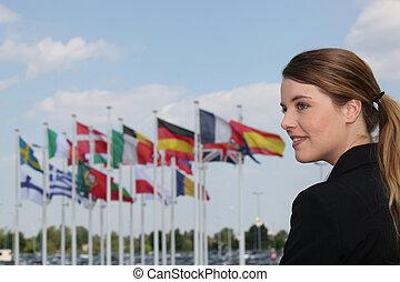 verticaal, van, een, vrouw, met, vlaggen, in, de, achtergrond