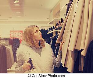 verticaal, van, een, vrouw winkelen, in, kleinhandelswinkel