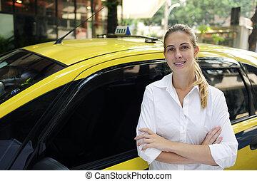verticaal, van, een, vrouwlijk, taxi bestuurder, met, haar, nieuw, taxi