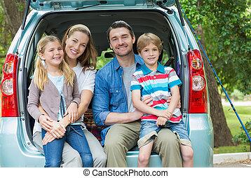 verticaal, van, gelukkige familie, van, vier, zittende , in auto, romp