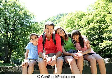 verticaal, van, gezin, zittende , op, een, brug, in, bos