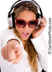 verticaal, van, glimlachende vrouw, het luisteren, muziek,...