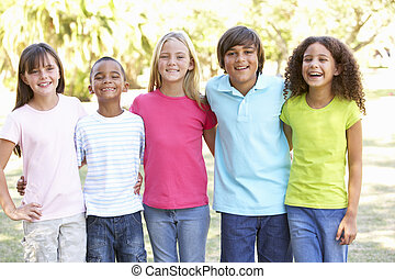 verticaal, van, groep van kinderen, spelend, in park