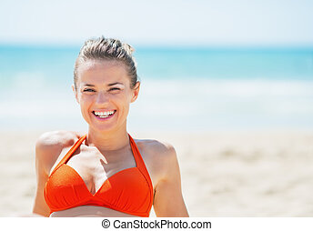 verticaal, van, het glimlachen, jonge vrouw , op, strand