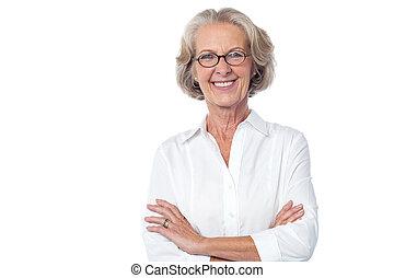 verticaal, van, het glimlachen, oude dame, armen, crossed.