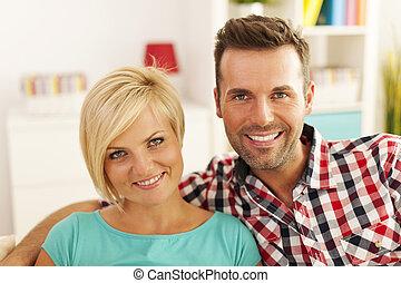 verticaal, van, het glimlachen, paar, in, woonkamer
