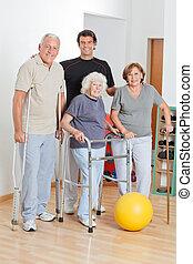 verticaal, van, invalide, senior, mensen, met, trainer