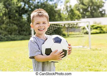 verticaal, van, jonge jongen, met, voetbal