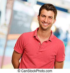 verticaal, van, jonge man, het glimlachen