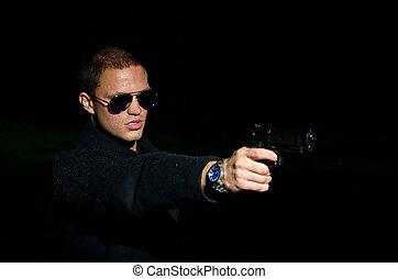verticaal, van, jonge man, met, geweer